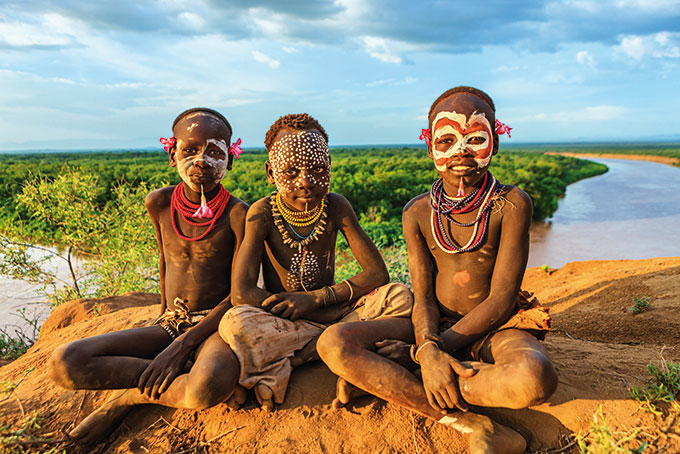 Äthiopien: Körperbemalung und Haarpracht