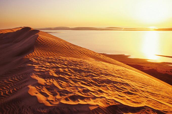 Das Binnenmeer Chaur al-Udaid inmitten der Wüstenlandschaft.