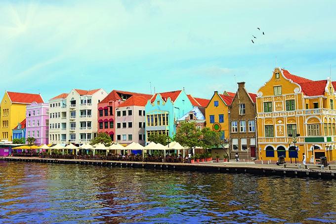 Bunte Häuserfront in der Hauptstadt Willemstad