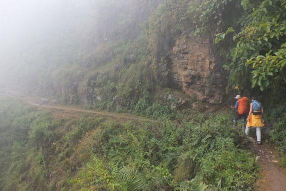 Beim Trekking durch die Nebelberge