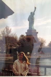 Carole Baumgartner devant La statue de la liberté