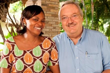 Chris Modigell, der bekannteste Hotelier Kenias, mit Winnie, Guest Relation Manager