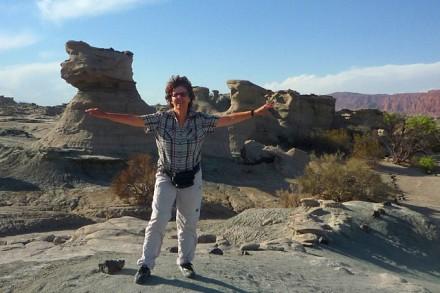 Silvia im Natur-Reservat Valle de la Luna Prov. San Juan vor einer Sandstein-Formation in Form der ägyptischen Sphinx