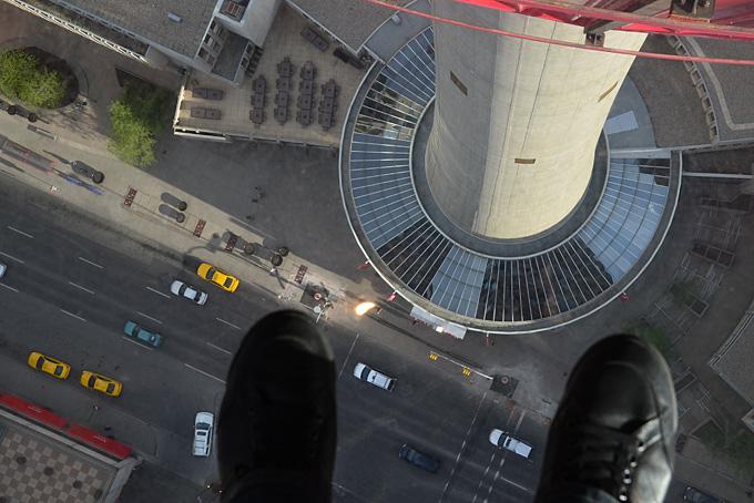 Blick vom Calgary Tower durch den Glasboden