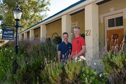Oliver Studer & Stephan Moser vor ihrer Darlin Lodge