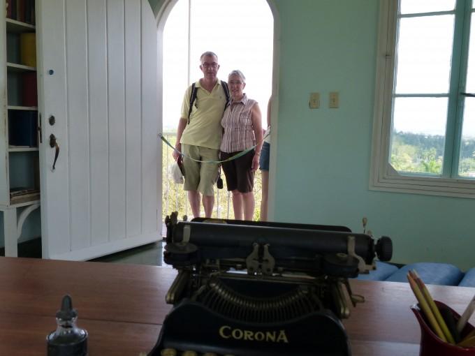 Ernst & Magdalena Hauser hinter Hemingways Schreibmaschine