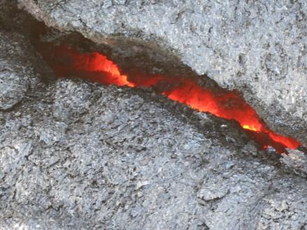 Zuerst erkennt man nur durch Spalten Lava