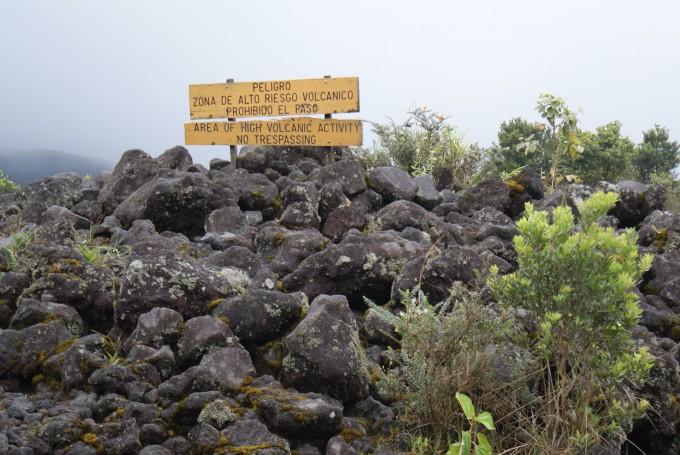 Weitergehen verboten wegen hoher vulkanischer Aktivität - Arenal
