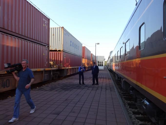 Der Zug bei einem Stop am Bahnhof