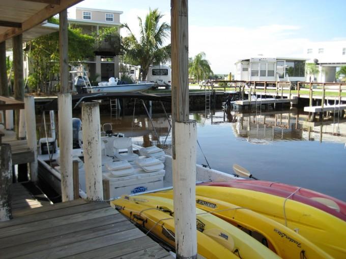 Nous attendons nos canoës afin de pouvoir commencer la visite