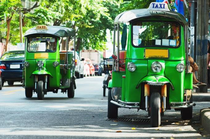 Zwei Tuk-Tuk-Taxis in Bangkok