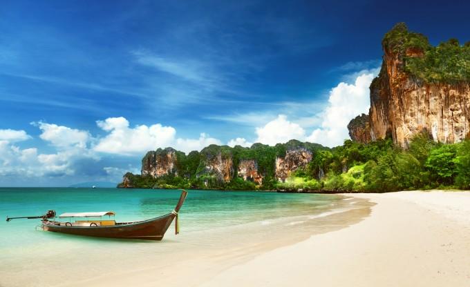 Ein Longtail-Boot am Railay Beach in Krabi