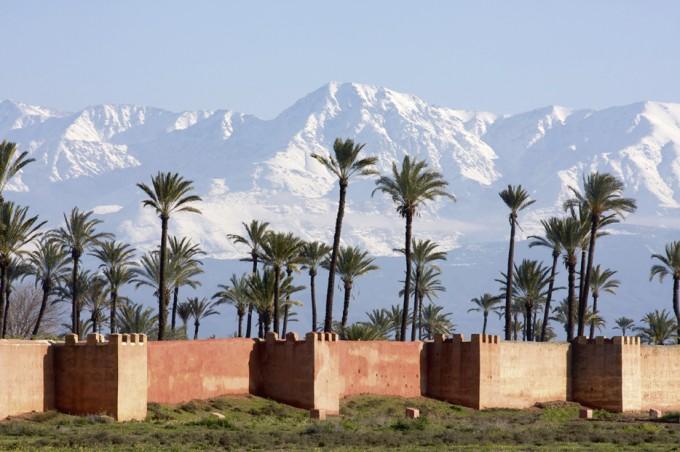 Stadtmauer mit dem Atlasgebirge im Hintergrund