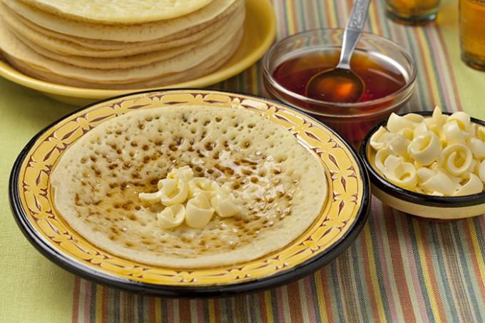 Marokkanische Pfannkuchen mit Butter und Honig
