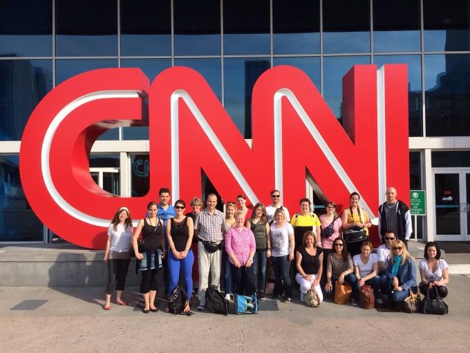 Unsere Studienreise-Gruppe vor dem CNN Gebäude in Atlanta