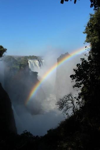Wunderschöner Regenbogen in den Victoria Falls