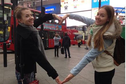 Meine Schwester und ich am Picadilly in London