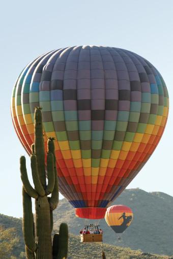 Mit dem Heissluftballon über die Kakteenwüste schweben