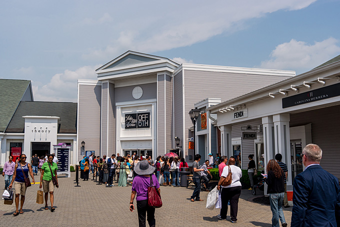 Shoppen im Woodbury Common Outlet / Copyright:  llee_wu @ flickr