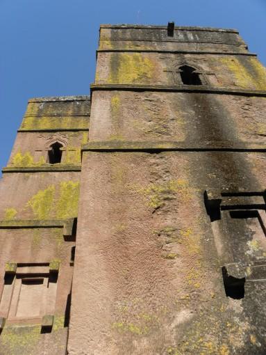 Blick von unten an die St. George's Kirche