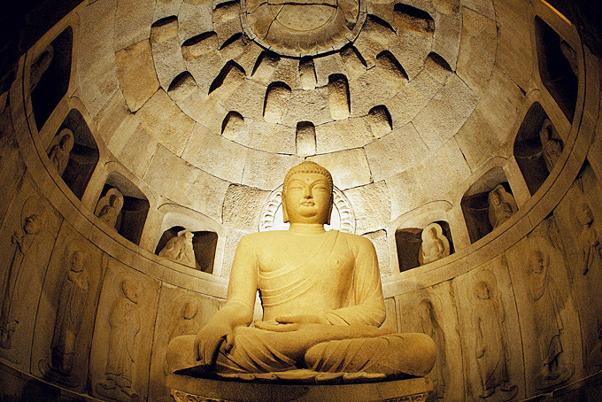 Statue in der Seokguram-Grotte im Bulguksa-Tempel, Gyeogju