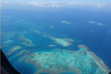 Aussicht auf das Riff während des Flugs zwischen Grand Terre und Ile des Pins