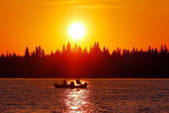 Fischen im romantischen Sonnenuntergang