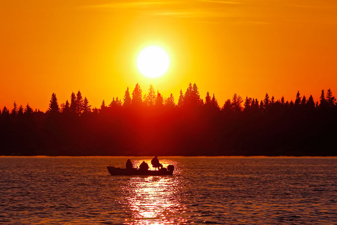 pêcher lors d'un coucher de soleil.