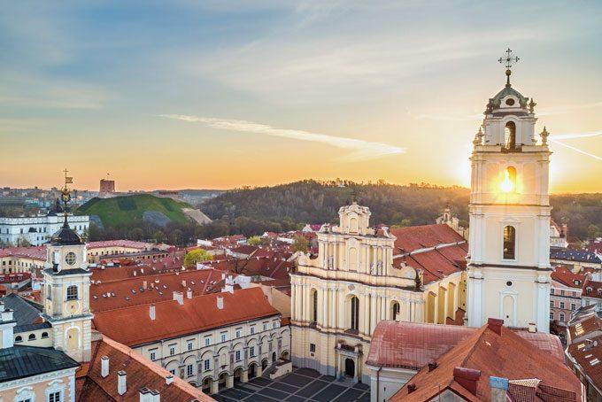 Vieille ville de Vilnius et église Saint-Jean-Baptiste-et-Saint-Jean-l'Évangéliste