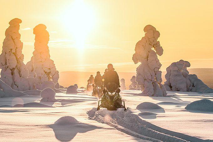 Schneemobiltour in der Abendsonne in Äkäslompolo