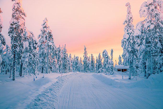 Sonnenaufgang im Winter in Levi, Finnisch Lappland