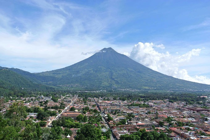 Antigua und der Volcán de Agua