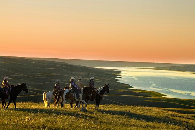 Abendausritt am Lake Diefenbaker der La Reata Ranch in Saskatchewan, Kanada (Credit: Tourism Saskatchewan & Greg Huszar Photography)