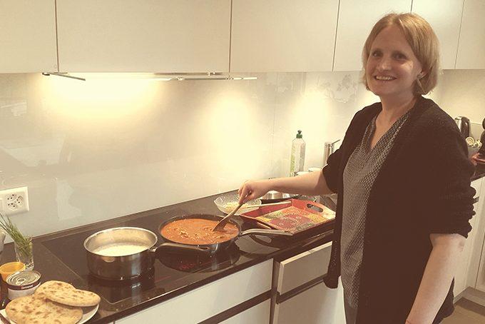 Asien-Spezialistin Esterh Grob beim Kochen von «Butter Chicken»