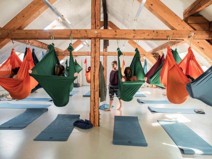 Gruppe beim Aerial Yoga in der Klubschule Migros