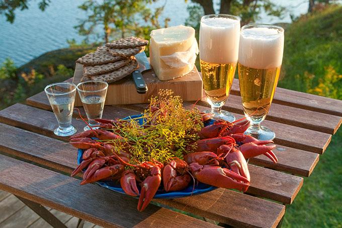 Suède: manger des crabes avec ses amis