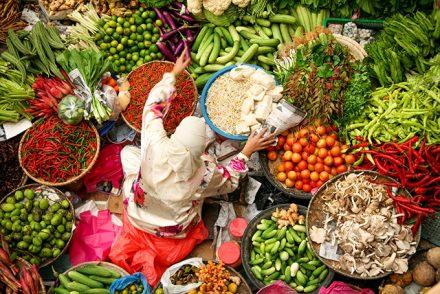 Frau auf einem Markt