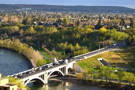 Vue du Delta Bow Valley sur la Bow River durant le trafic matinal.