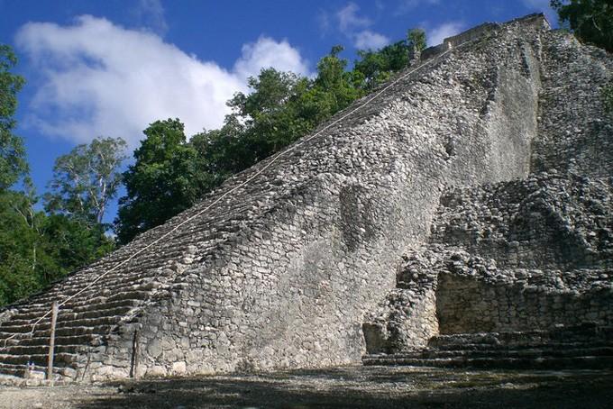 Die 42 m hohe Pyramide «Nohoch Mul» in Cobá