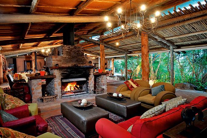 Halb offene Lounge mit behaglichem Cheminée und gemütlichen Sofas