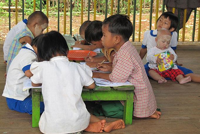 Kinder in der Schule am Inle-See.