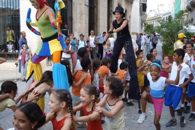 lachende Kinder mitten in Havanna