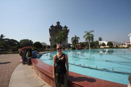 Vor dem Patuxai, Vientiane