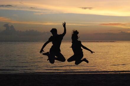 A l'heure du coucher de soleil sur la plage de Senggigi