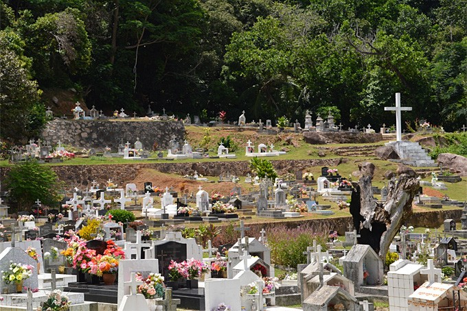 Ein farbenfroher Friedhof auf La Digue