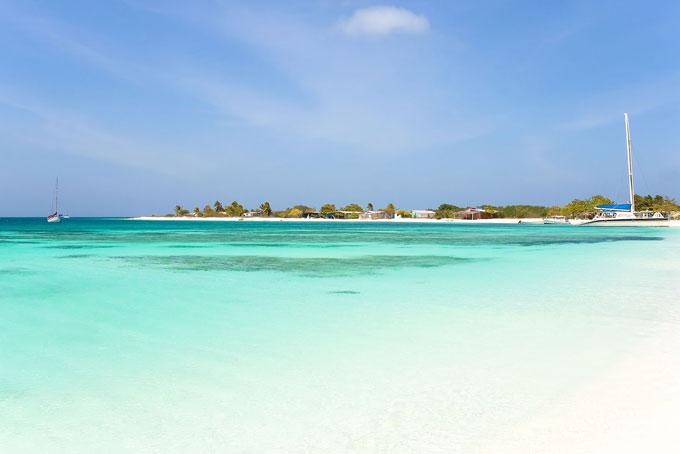Schneeweisse Sandinseln ragen nur wenige Meter aus dem türkisblauen Meer