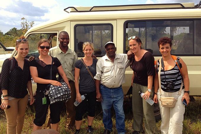 Ein Teil unserer Gruppe vor dem Flug nach Sansibar mit unseren Guides Siksimon und Mohammedi