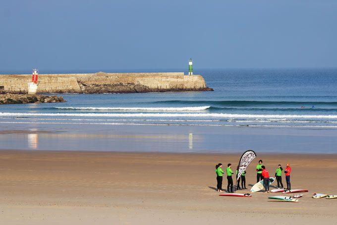 Wellenreiten: spannender Gruppenkurs